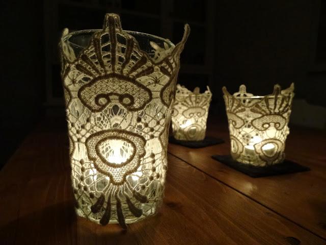 Teelichter mit Spitzenbesatz