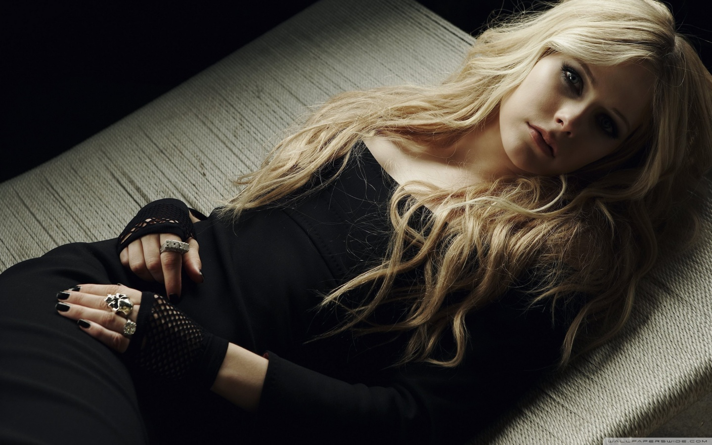 http://2.bp.blogspot.com/-rNhl8MotVDk/TkMWcRBBswI/AAAAAAAACOo/WQbZ8Zr7O7I/s1600/avril_lavigne_in_a_black_dress-wallpaper-1440x900.jpg