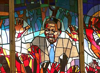 Mural homenaje a Mandela en una iglesia