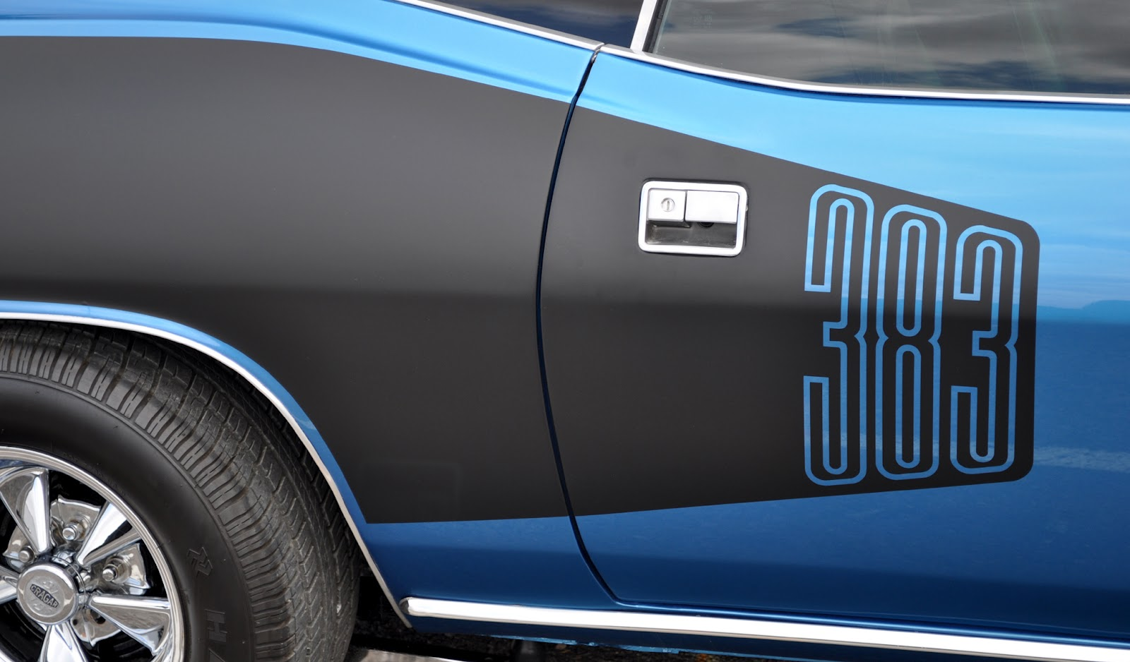 Classic Cars Authority: Hockey stripes and billboards... only Mopar ...
