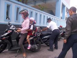 Penataan Parkir oleh Petugas