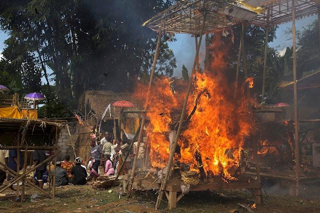 Mass cremation in tampak siring