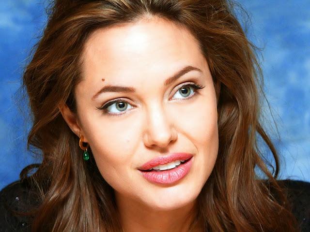 накрашенная Анджелина Джоли