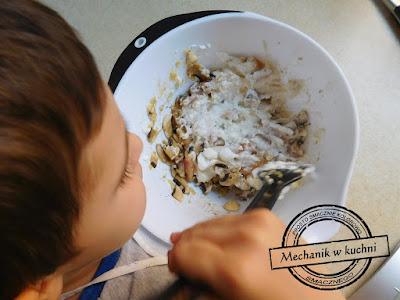 dziecko syn pomaga w gotowaniu w kuchni syn pomaga tacie blog kulinarny na ciepło na zimno pomysł na ciepłe danie przyjęcie frytki z kurczakiem