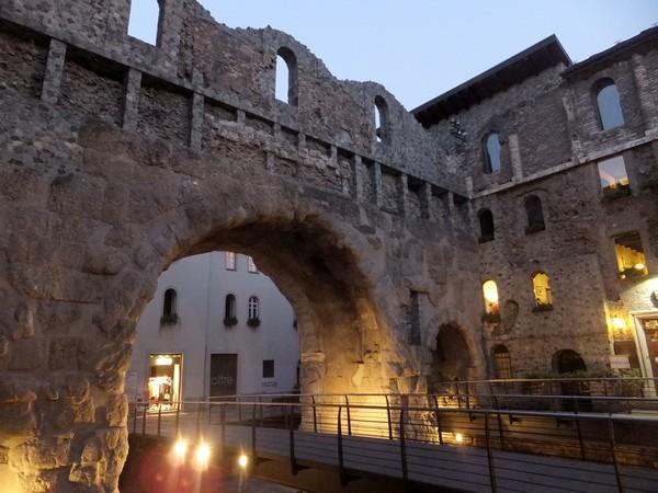 Aoste Aosta Italie vestiges romains porte prétorienne pretoriane teatro