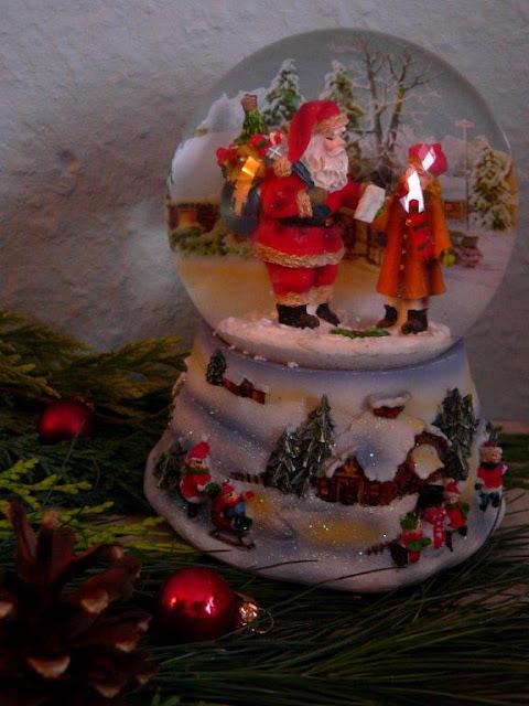Adventskranz Gesteck Advent Weihnachten Kerzen Spieluhr nostalgisch Schneekugel Weihnachtsbaumkugeln