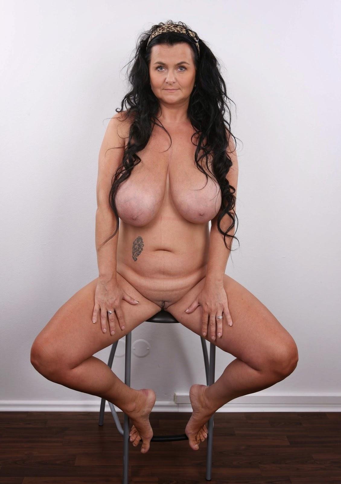 Alt und geil mit hängenden Brüsten