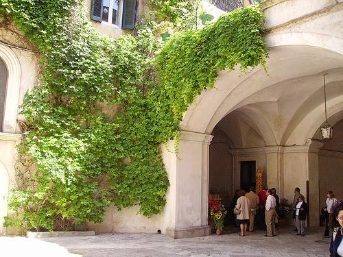... riccamente scolpiti, giardini e cortili fioriti, e stanze affrescate
