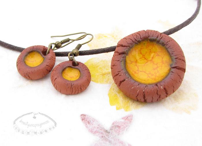 Ceramiczny komplet uformowany z brązowej gliny z żółtym oczkiem 2