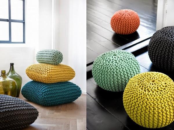 Kolorowe poduszki robione na drutach leżą na podłodze