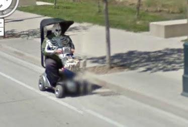 esqueleto manejando un coche