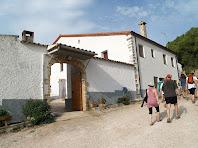 Portal d'entrada al pati o llisa, i façana sud-est de Can Xixella