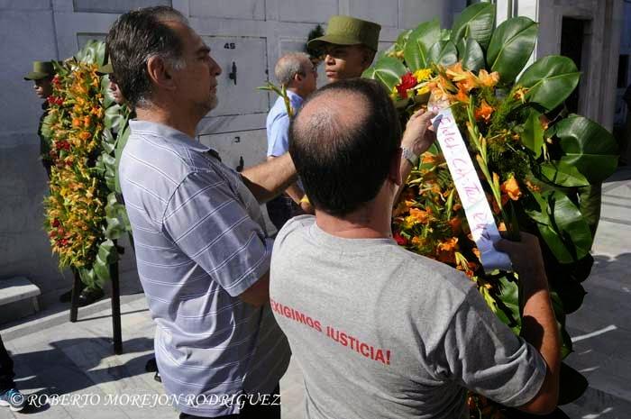 Los Héroes de la República de Cuba, Fernando González(D) y René González (I), colocan una ofrenda floral enviada por el Comandante en Jefe Fidel Castro, durante la conmemoración del Día de las Víctimas del Terrorismo de Estado, realizada ante el Panteón de las Fuerzas Armadas Revolucionarias, en el Cementerio Colón,  en La Habana, Cuba, el 6 de octubre de 2014.