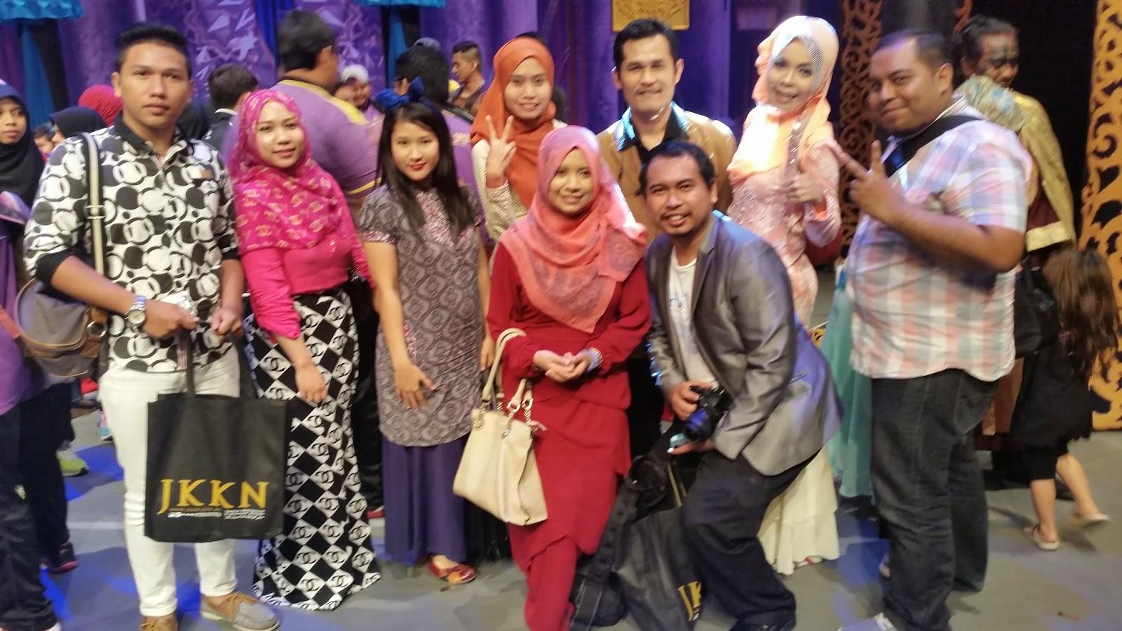 Blogger bersama Pengarah Teater Raja Ku Puteh, Raja Azrey