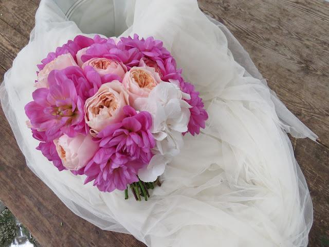 Gran variedad de flores en el ramo de esta novia, Rosas David Austin Juliette, Blanchette, claveles y rosa de jardin piano. El verde del ramo de novia se