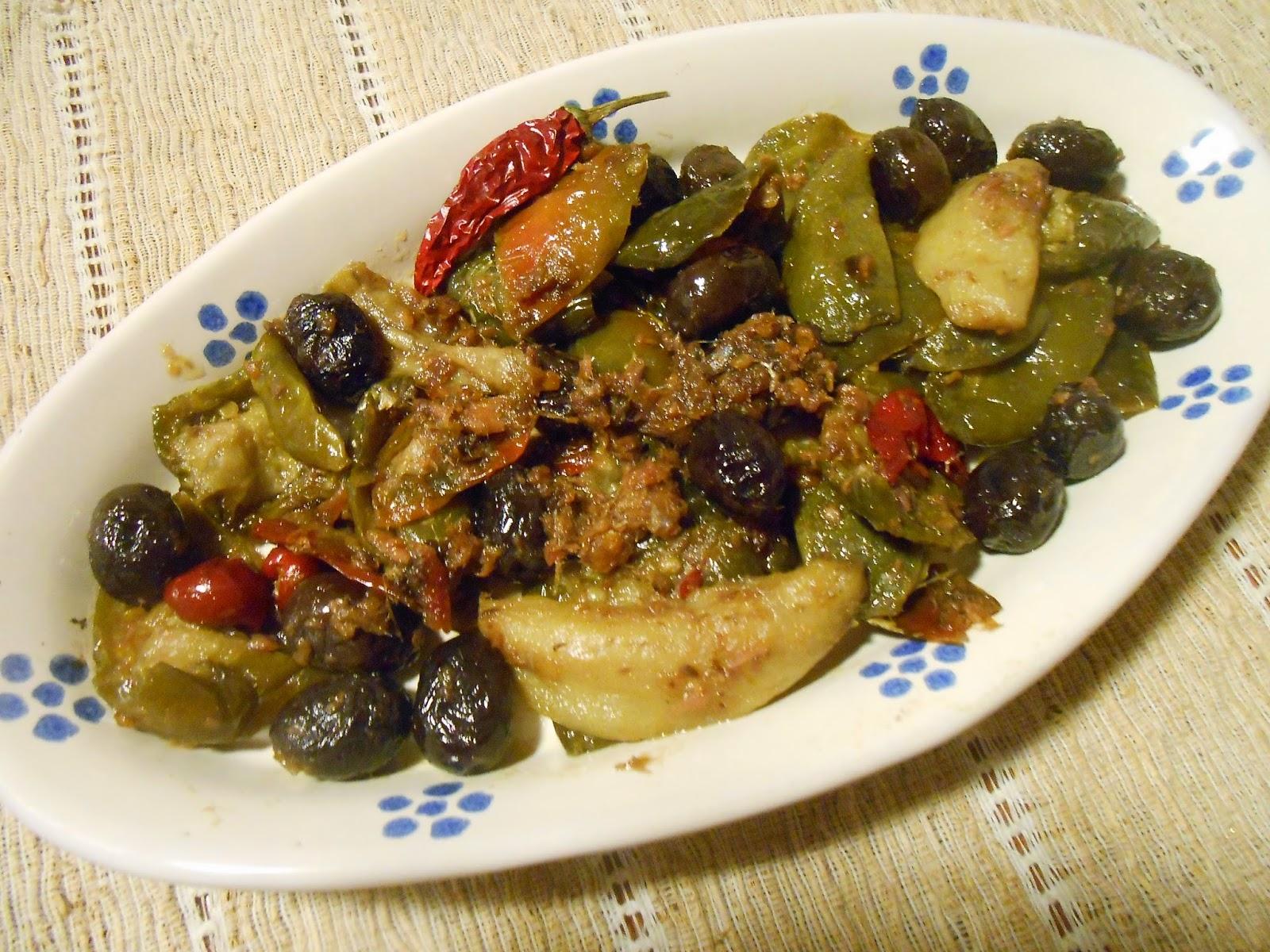 pipi salati friuti cu sardi e olivi ( peperoni sotto sale in padella con sarde e olive )
