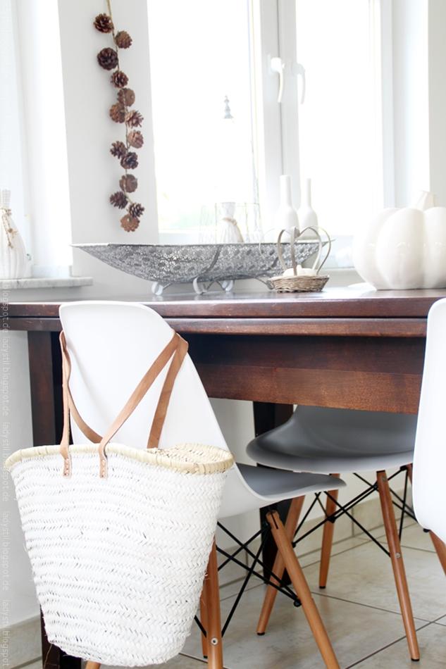 Tisch mit Eames Stühlen und herbstlicher Tischdeko in grau weiß