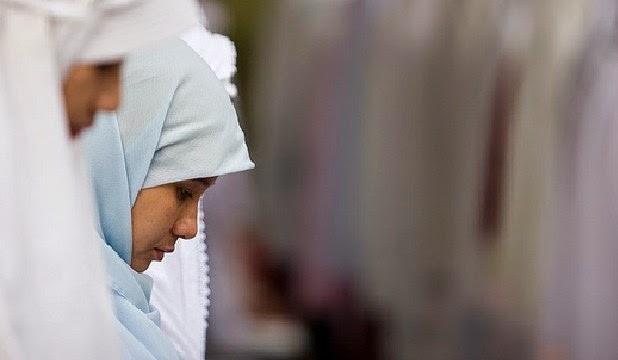 """Suatu ketika, Nabi pernah ditanya ,""""Siapakah sebaik-baik wanita itu wahai Rasulullah?"""" kemudian Nabi menjawab, """"Sebaik-baik wanita adalah yang menyenangkan jika dilihat, taat jika diperintah, serta  tidak menyalahi dirinya dan hartanya."""" (HR. Abu Hurairah)"""