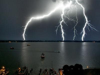 http://2.bp.blogspot.com/-rSzD4xFXa7U/TcUBuXNIuAI/AAAAAAAAFA8/D6OgSdx779M/s400/storms08.jpg