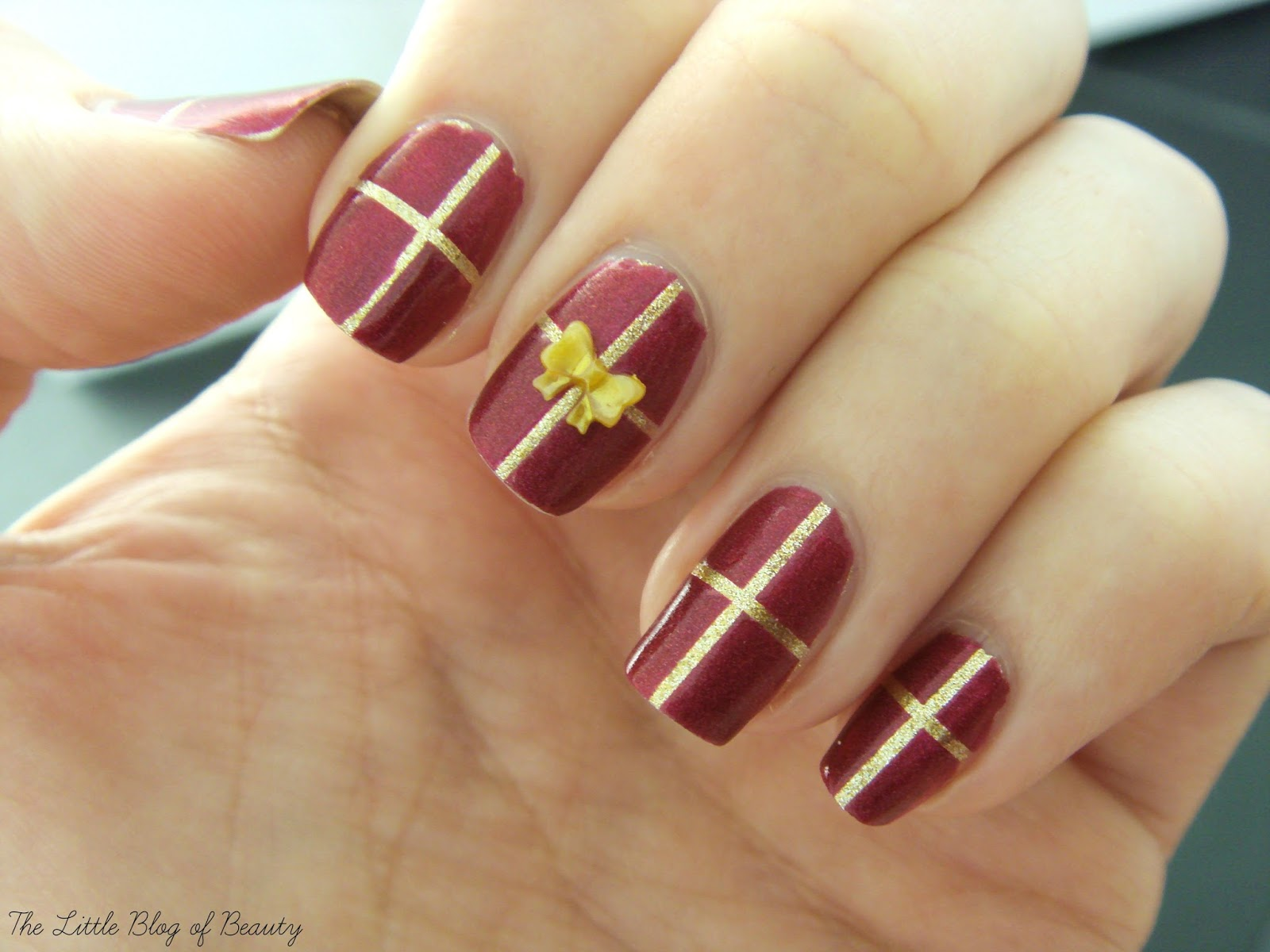 Christmas nail art - Gift wrapped nails