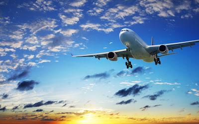 Avión Boeing 787 cruzando el horizonte al atardecer (La herencia de Felipe Calderón para Enríque Peña Nieto)