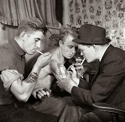 tattoo antiga fumando