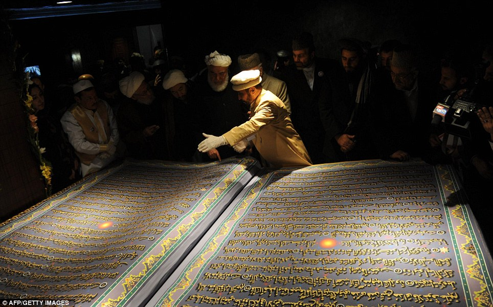 worldE28099s biggest quran unveiled in afghanistan 2 - Largest Quran Pak