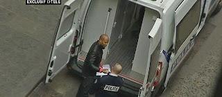Itélé, le arppeur Rohff embarque dans le fourgon de police qui l'emmène à la prison de Fresnes.