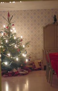 Gammaltskåp, julgran, gammaldagstapet