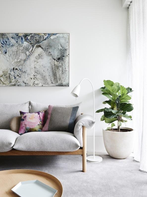 casa decorada en colores grises empolvados y blancos rotos