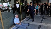 Pensionista desesperado llora en Grecia por no poder cobrar su pensión