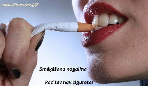 saņurcīta cigarete zobos
