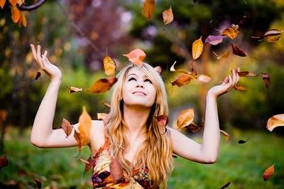imagen hojas otoño mujer