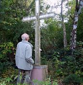 Wilhelm Neu vor einem Kreuz bei Eisenberg