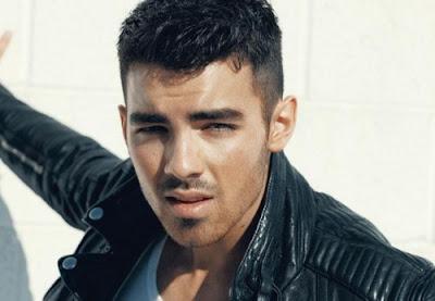 Vestir y peinar a Joe Jonas