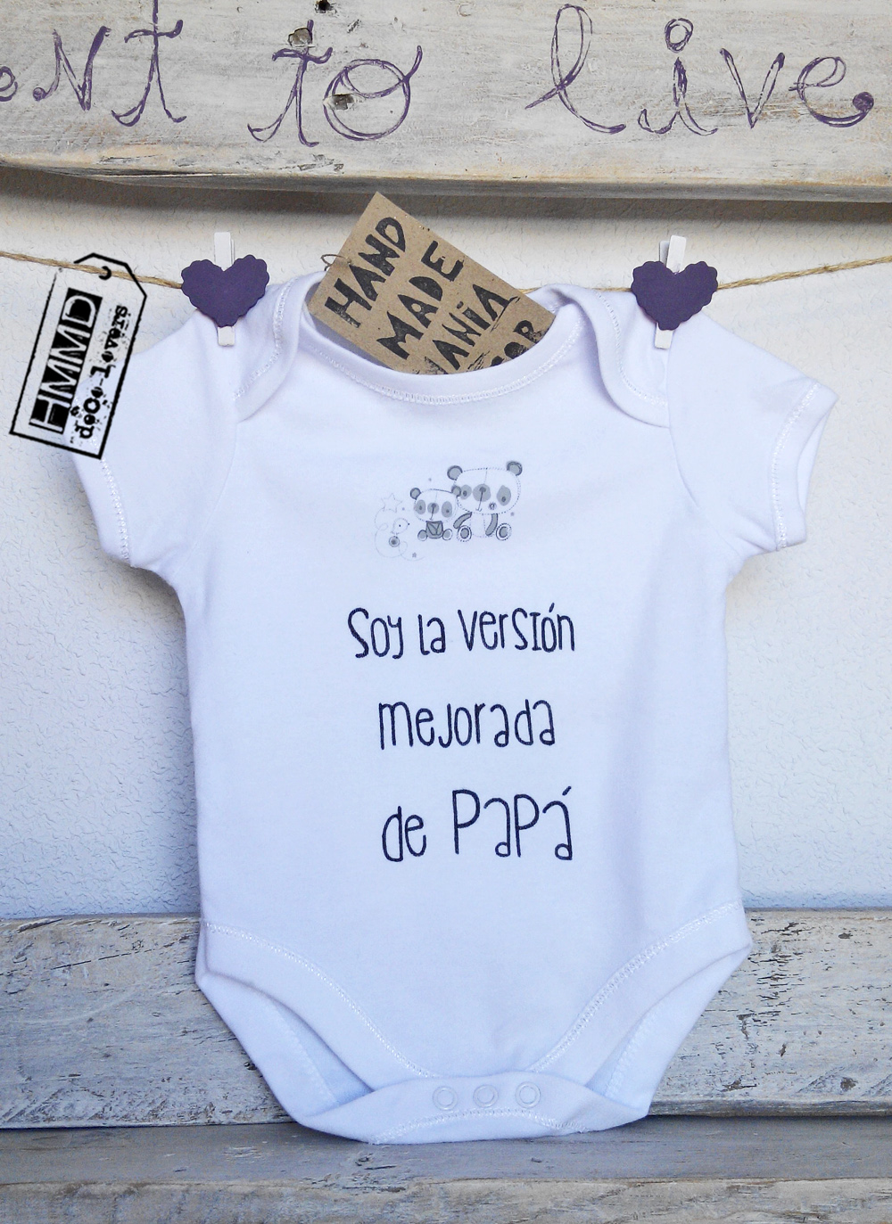 Soy la versión mejorada de papá. Body con frases para bebés HMMD Handmademaniadecor, regalo para el día de la madre, día del padre o para recién nacido. Baby body suits with phrases by HMMD, ideal for gifts.