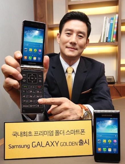 Annunciato il nuovo smartphone android a conchiglia con doppio display da 3,7 pollici