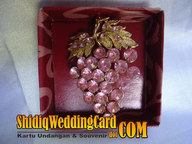 http://www.shidiqweddingcard.com/2014/02/souvenir-bross-anggur.html