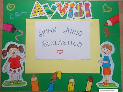 Maestra nella il cartellone degli avvisi for Addobbare la porta dell aula