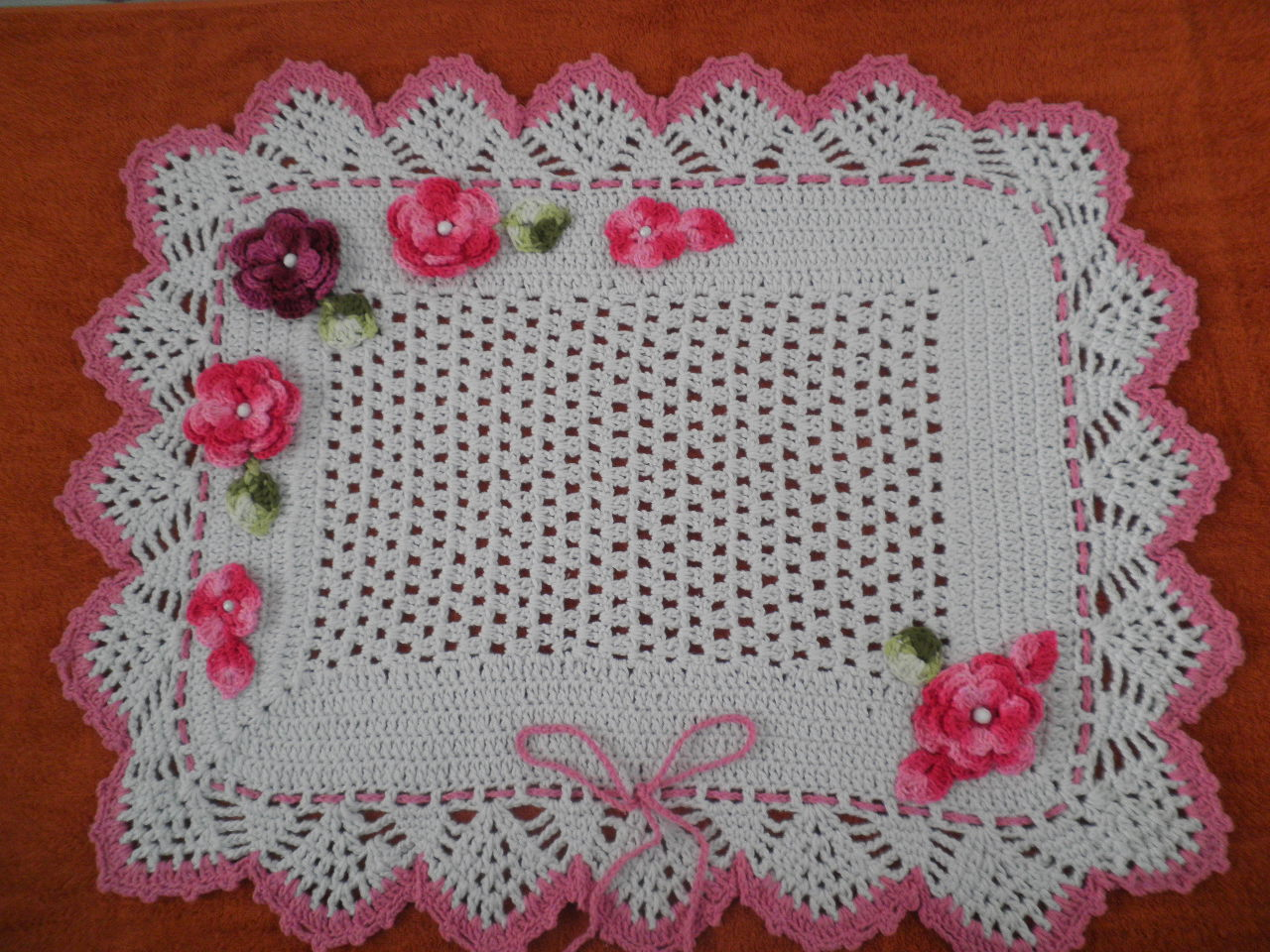 Tapete em crochê na cor cru com linha número 06, e detalhes e flores