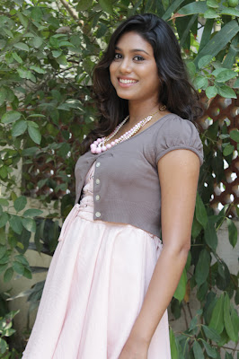 manisha yadav leg at vazhakku enn 18/9 special actress pics