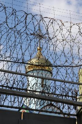 Фото Укринформ:церковь за колючей проволокой