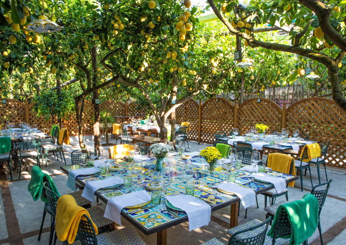 Capri table decor for lunch under the lemon trees by Diana Sorensen at Sugokuii-events.com