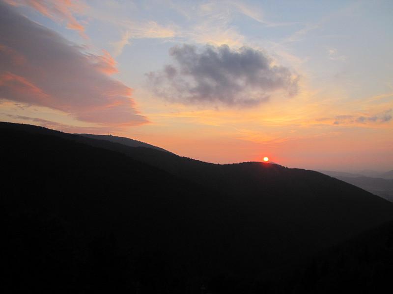 Zachód słońca w Beskidzie Śląsko-Morawskim. Z lewej widoczny jest Radhošť.