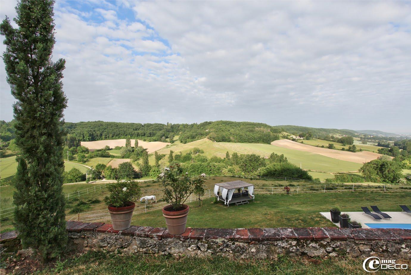 La campagne vallonnée et verdoyante du Lot-et-Garonne, vue du Relais de Roquefereau, maison d'hôtes à Penne-d'Agenais