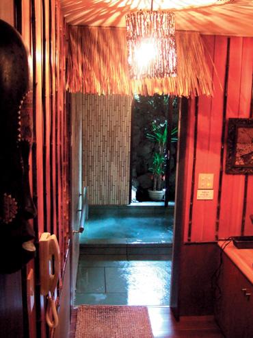 本館地階大展望温泉風呂のお隣にある、隠れた癒し系の貸切バリ風展望風呂。季節やイベントなどで、伊豆名産のみかんを浮かべたみかん風呂や肌にやさしいぐり茶風呂など様々な香りをお楽しみ頂けます。