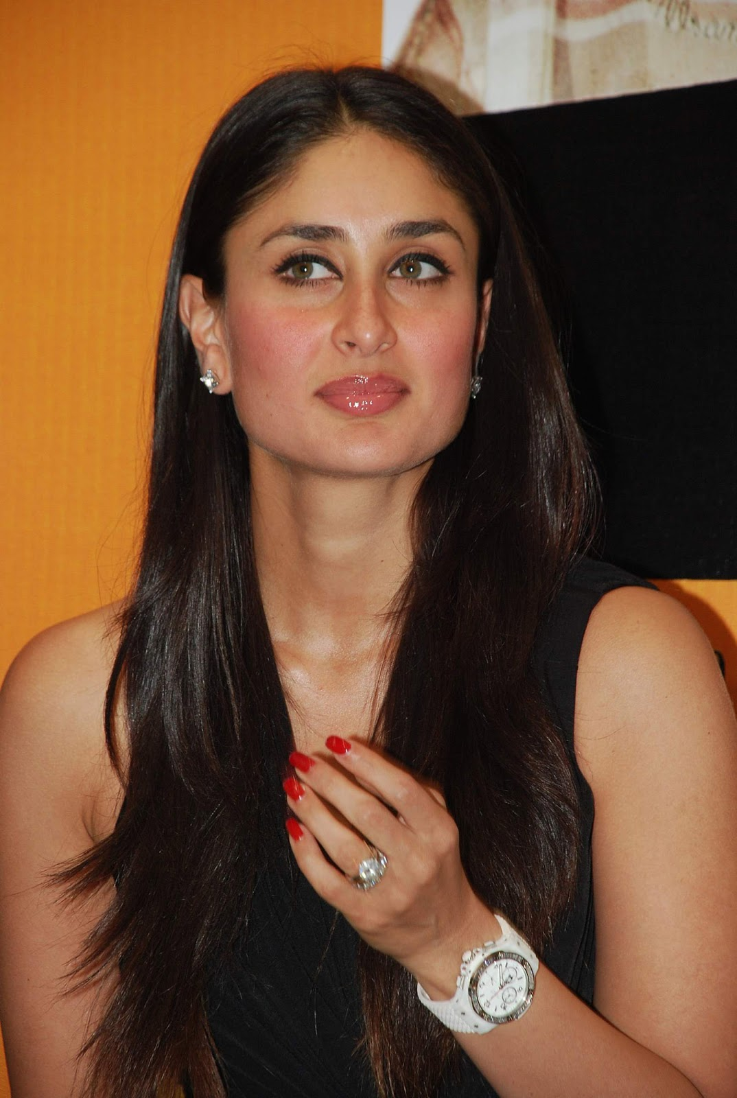 Kareena Kapoor Super Sexy Legs Show At The '3 Idiots' Book Launch