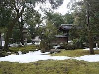 約六千平米の広大な敷地内に残雪