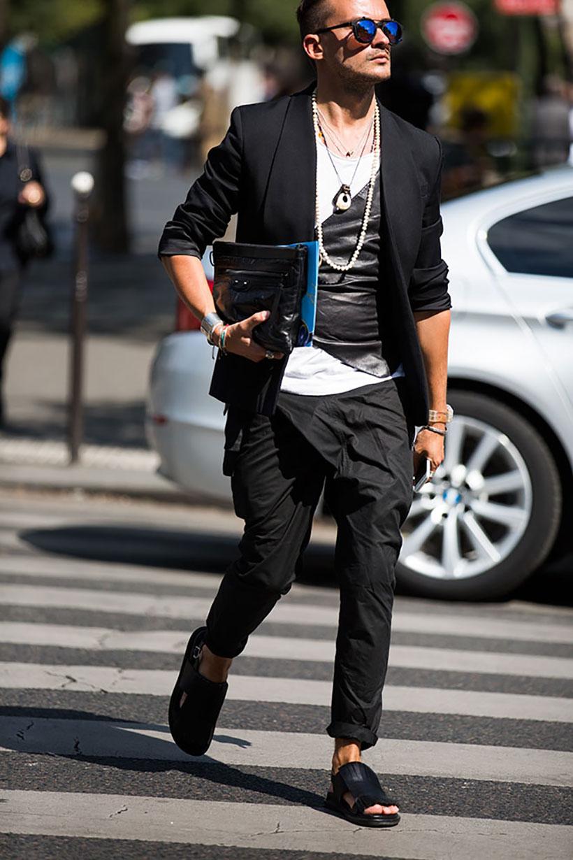 黒タキシードジャケット×白T×黒パンツ×黒レザーサンダル