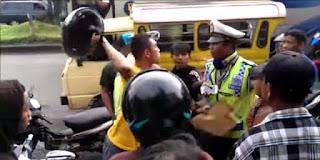 Heboh Pengendara Motor Hajar Polisi Dengan Helm